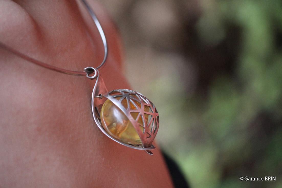 Pendentif cocon d'Araneidae de la créatrice  la créatrice de bijoux Garance BRIN